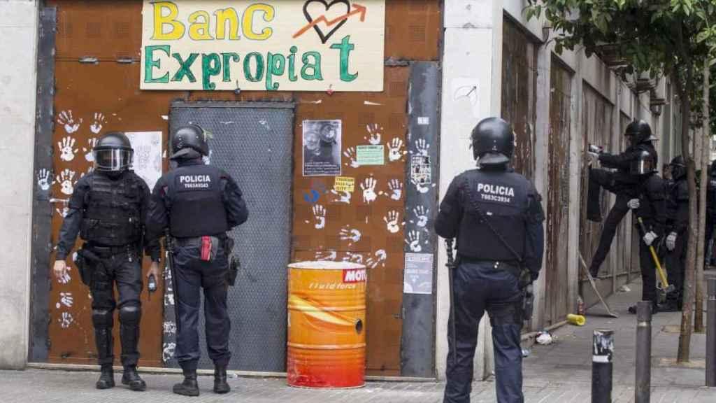 La Policía intenta desalojar un edificio 'okupado' en Barcelona.