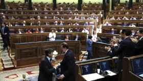 Rafael Hernando es felicitado por el presidente del Gobierno, Mariano Rajoy. EFE/Emilio Naranjo