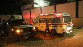 Una ambulancia acude al lugar del suceso.