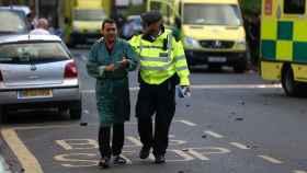 Uno de los supervivientes, siendo acompañado por un policía.