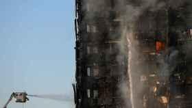 Los bomberos siguen trabajando para extinguir las llamas en el edificio