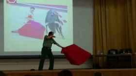 El suboficial que instruye en movimientos de capote y espada.