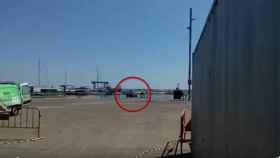 El momento en el que el coche de lujo cae al agua, en el vídeo subido por Ràdio Arenys.