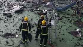 Bomberos durante los trabajos en la torre incendiada