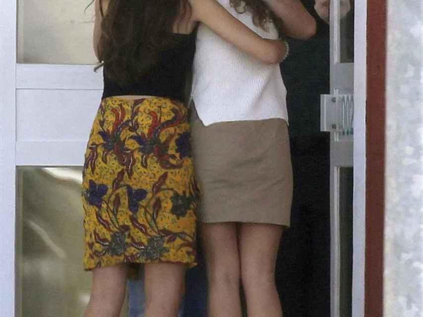 Las hijas de Francisco Granados le reciben con un abrazo a su salida de la cárcel