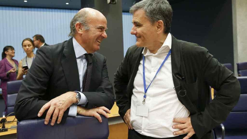 Guindos conversa en el Eurogrupo con el ministro griego, Euclides Tsakalotos