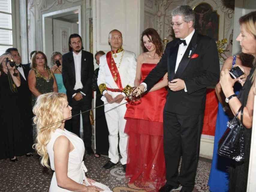 Pamela Anderson es nombrada condesa por el falso príncipe.