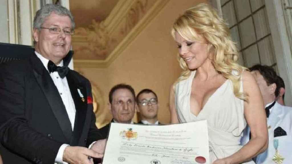 Momento en el que Cernetic entrega la falsa certificación de noble a la actriz.
