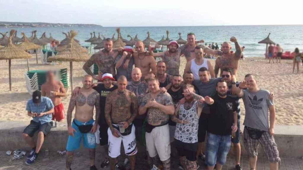 Los miembros alemanes de Hammerskin, en una playa de Mallorca antes de reventar el concierto