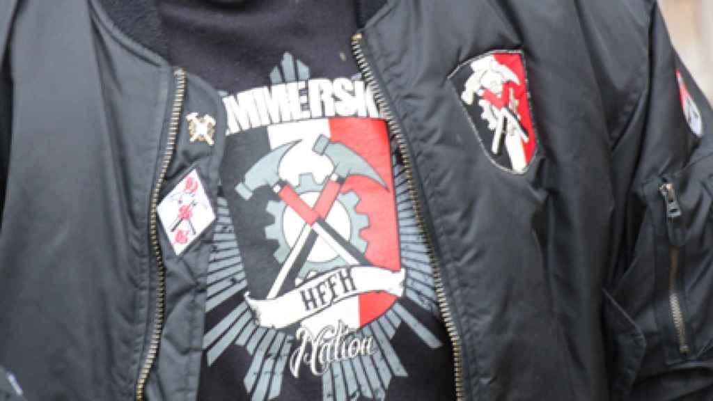 El símbolo de Hammerskin es un escudo con dos martillos cruzados