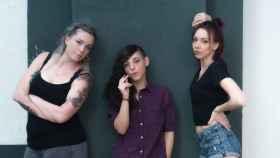 El grupo de rap feminista las IRA, a falta de una de ellas, Elvira.