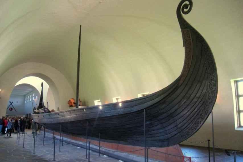 La embarcación vikinga más importante hasta la fecha hallada en una tumba es la de la reina Oseberg.