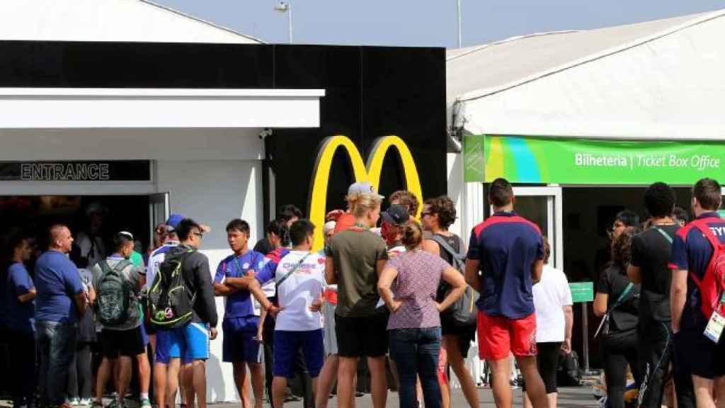 Cola frente a un establecimiento McDonald's en la villa olímpica de Río2016.