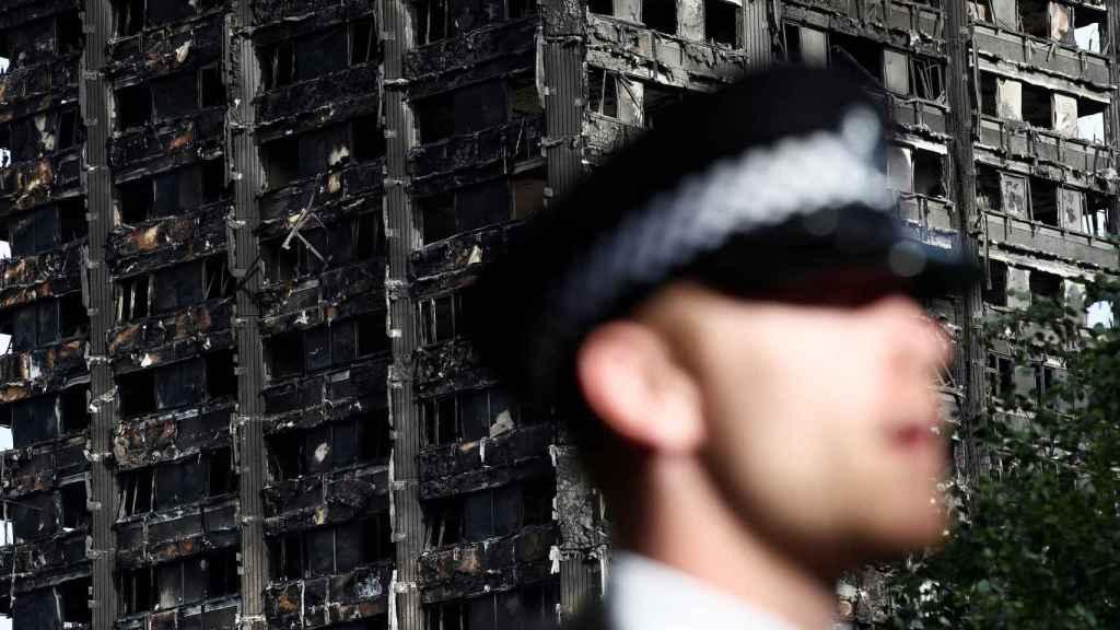 Un policía vigila la zona de Grenfell Tower.