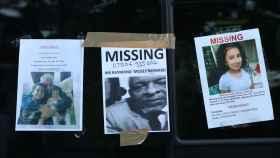 Imagen de los carteles de desaparecidos que han colgados los familiares.