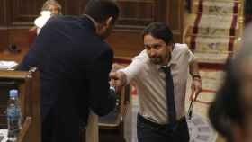El socialista José Luis Ábalos y el líder de Podemos, Pablo Iglesias, se saludan en el Congreso.