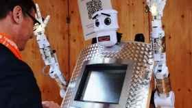 Cuando bendice, este robot alemán articula las manos y las levanta