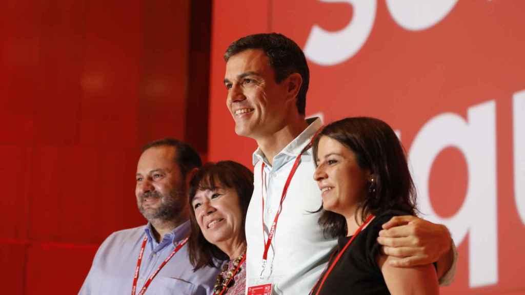 Sánchez, con Ábalos, Lastra y Narbona, saludan al congreso antes de su comienzo.
