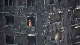 Un bombero inspecciona una de las plantas del edificio.