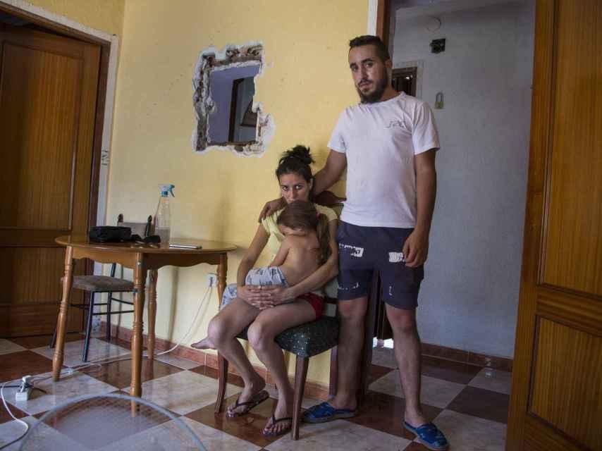 Josefa tiene cuatro hijos. El día que la visitamos daba de comer a Carmen, de cinco años. Junto a ambas está Antonio, pareja de Josefa.