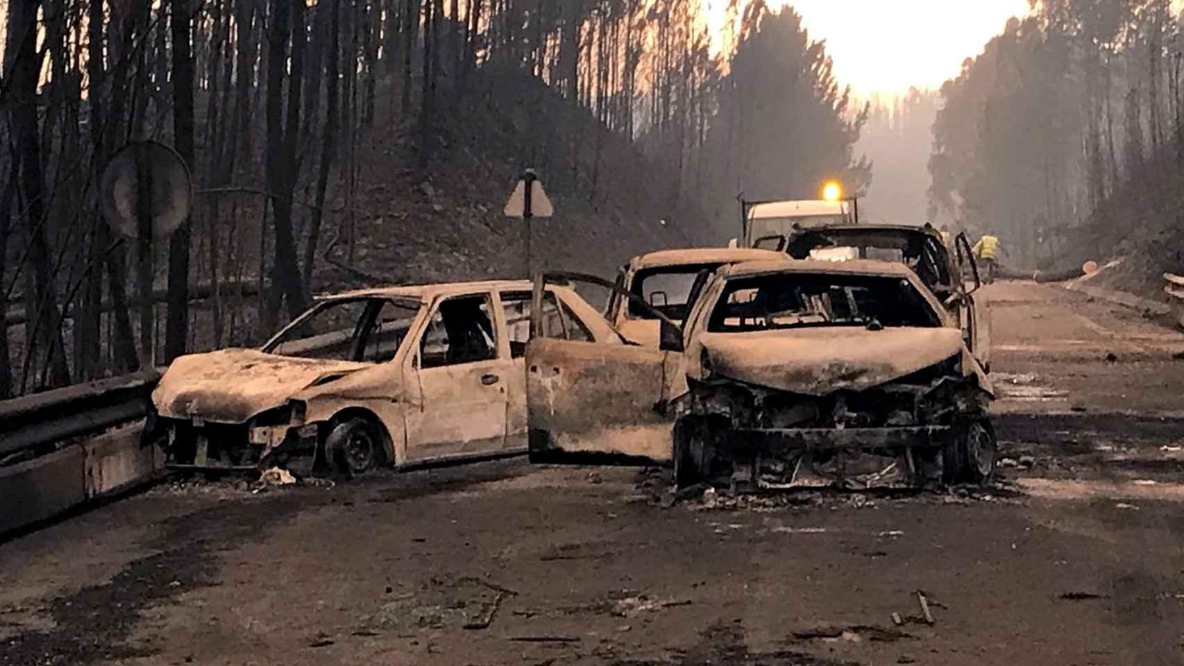 El fuego afectó a vehículos que circulaban por carreteras próximas al fuego.
