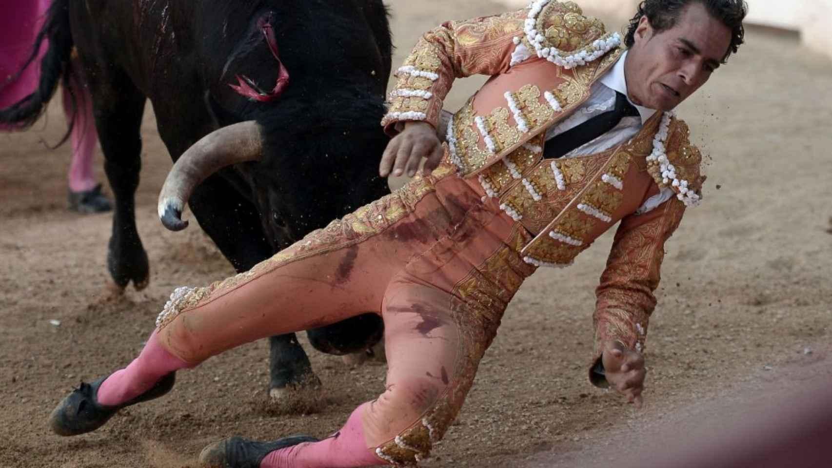 El toro derriba a Fandiño en un quite