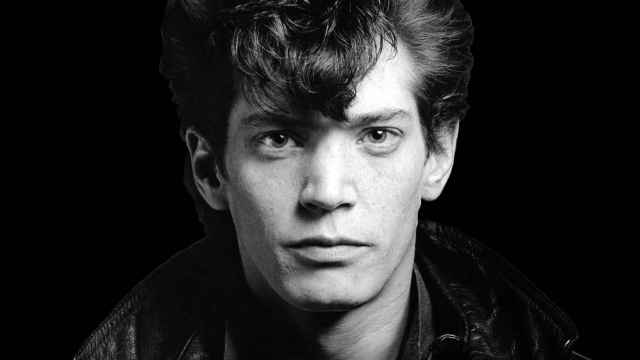 "Cartel promocional del documental ""Mapplethorpe: Look at the Pictures"", (2016)."