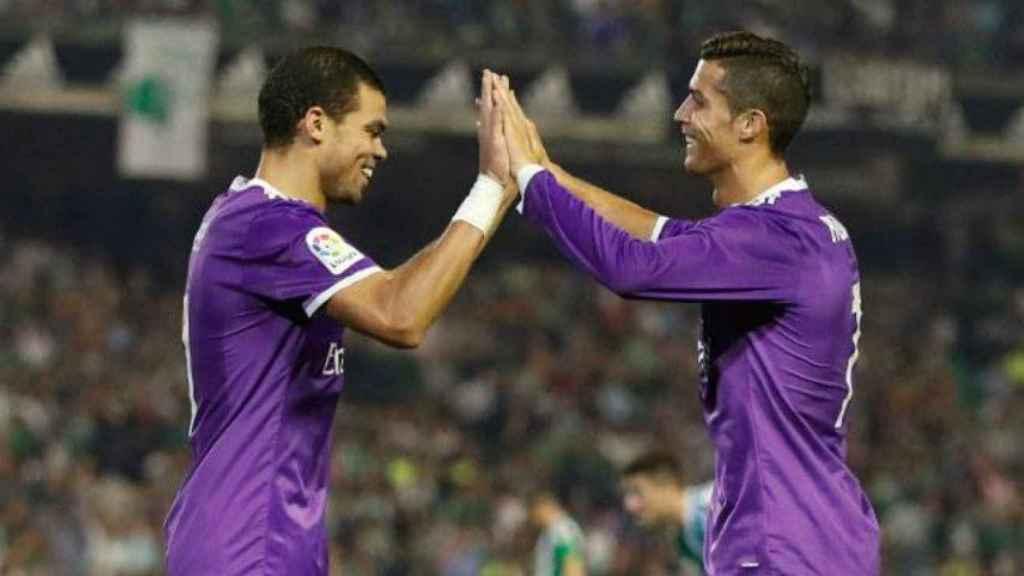 Pepe y Cristiano celebran un gol