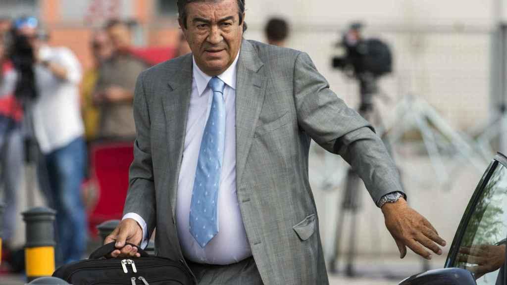 Álvarez Cascos, a su llegada a los juzgados para declarar.