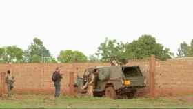 Soldados franceses vigilan la zona atacada.