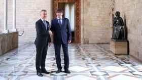 El presidente Carles Puigdemont (d) con el lehendakari Íñigo Urkullu.
