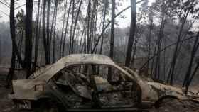 Imagen de uno de los vehículos calcinados por el incendio