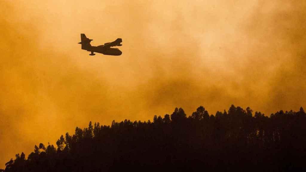 Uno de los aviones enviados para ayudar en las labores de extinción del incendio.