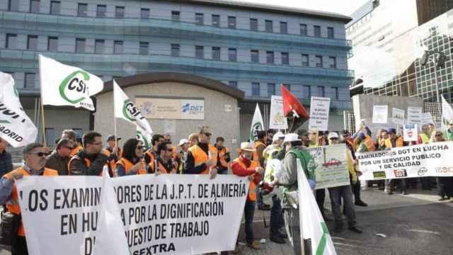 Los examinadores del carné de conducir, en huelga. (EFE/Zipi)