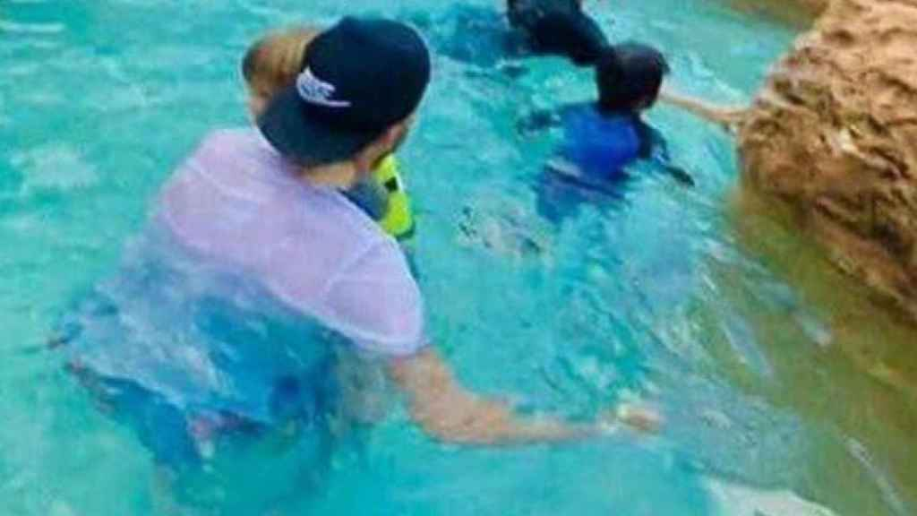La pareja, ataviados con ropa de calle, disfrutando de unas de las piscinas del Hotel.