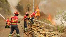 Varios bomberos portugueses combaten el fuego en Sandinha (Portugal)