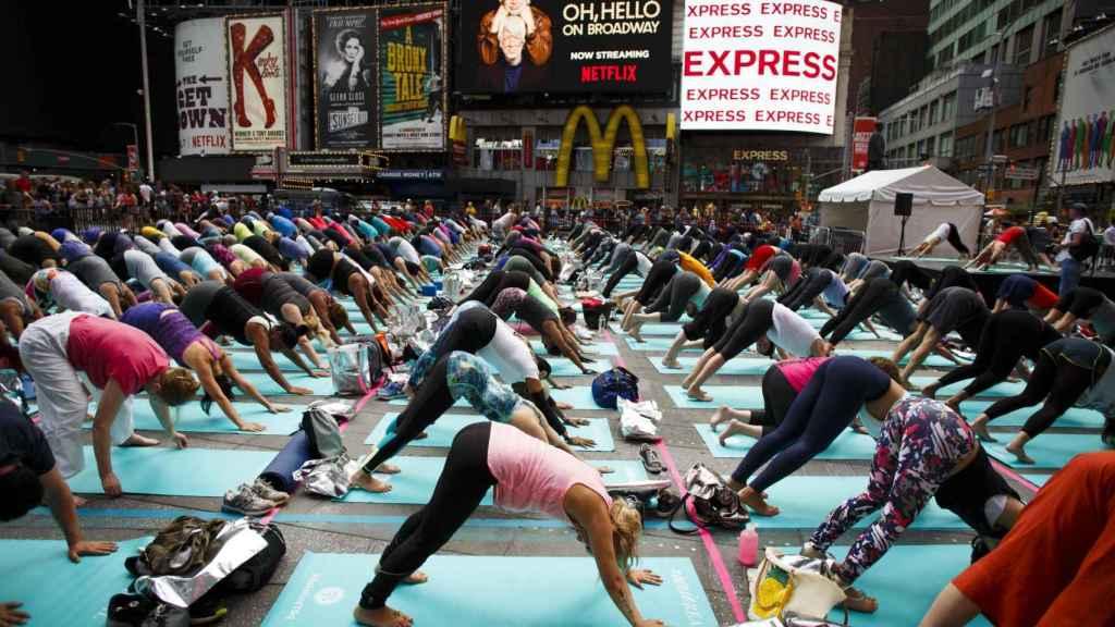 El evento de Yoga multitudinario Solstice in Times Square de Manhattan.