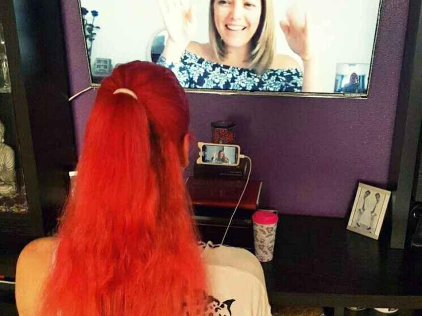 Nerea (nombre ficticio) en una sesión de Skype con la logopeda Mariela Astudillo.