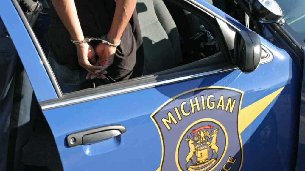 Un sospechoso arrestado por la Policía de Michigan.