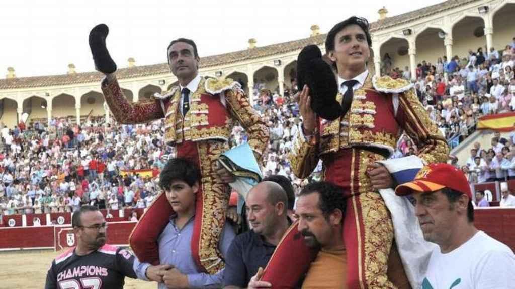Ponce y Roca Rey, a hombros por la puerta grande tras la corrida de toros de ASPRONA