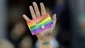 Un cartel de protesta contra la homofóbia.