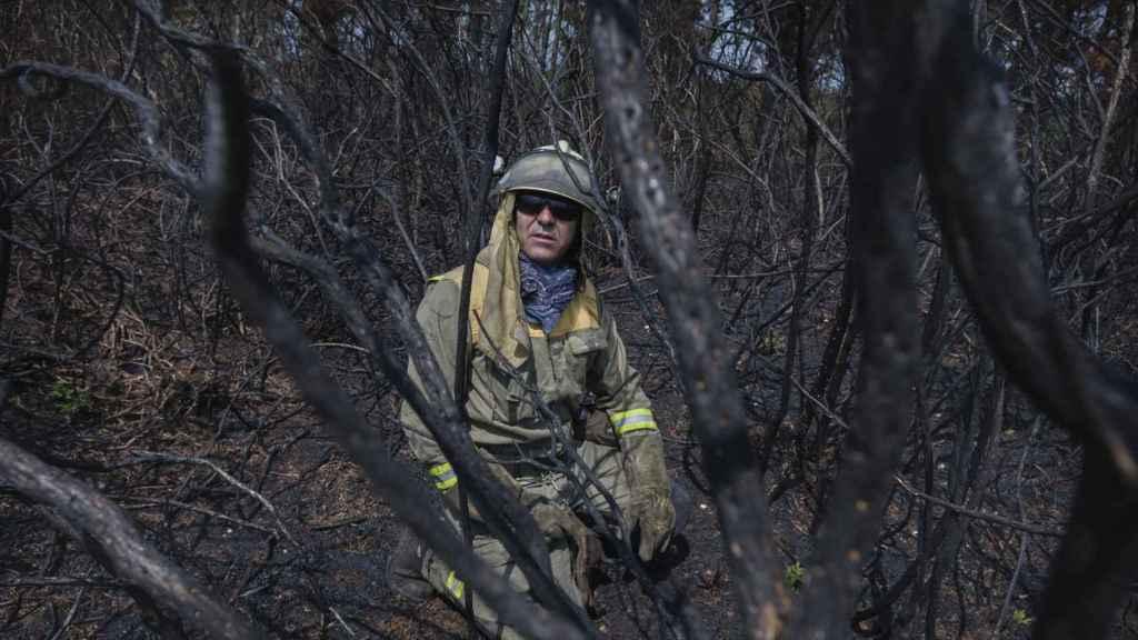Sebas nos lleva a uno de los incendios recientes en los que ha actuado. Todo está teñido de ceniza.  Las condiciones son muy similares a las de Portugal.