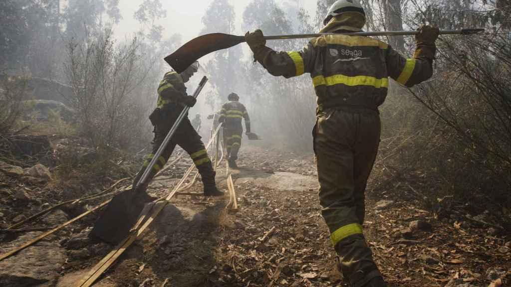Los bomberos todos los días del verano contra el fuego en Galicia.