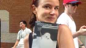 Juliette Lewis también posó con el libro.