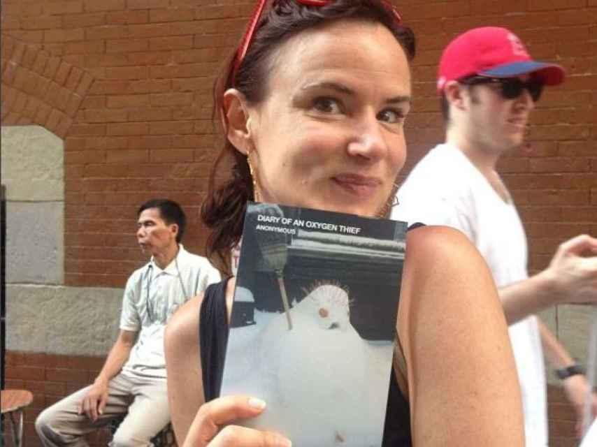 La actriz Juliette Lewis también posó con el libro.