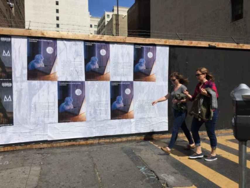 Pegada de carteles en Nueva York del autor anónimo del libro.