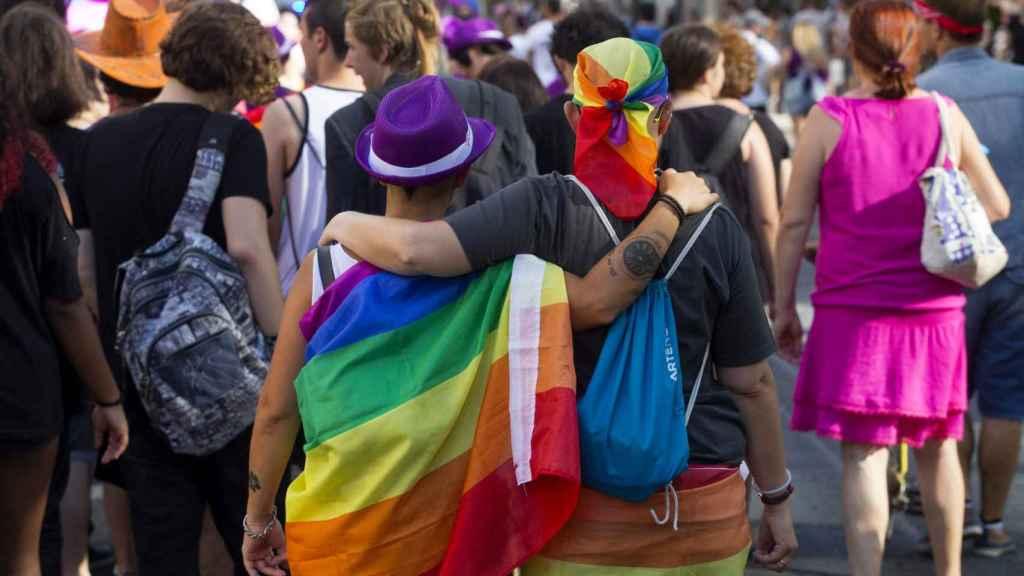 Una pareja observa una manifestación en Madrid