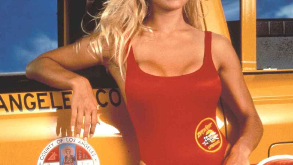 Pamela Anderson caracterizada de vigilante de la playa.