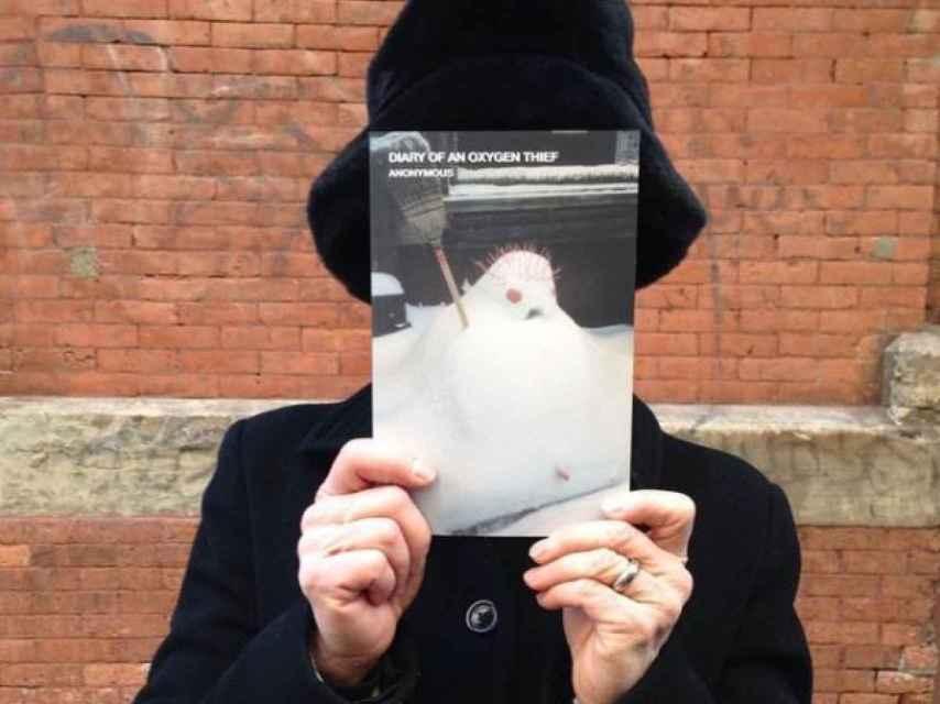 Uno de los lectores o compradores que se retrató con el libro, en Nueva York.