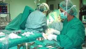 Profesionales sanitarios durante una operación